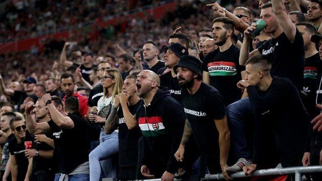 Maďarští fanoušci během kvalifikačního duelu s Anglií.