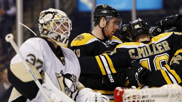 Hokejisté Bostonu se radují po brance, kterou vstřelili brankáři Pittsburghu Jeffovi Zatkoffovi.