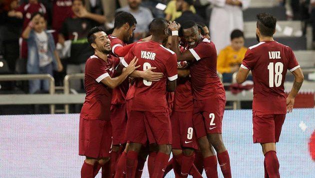 Fotbalisté Kataru se radují z branky v zápase s Ruskem.