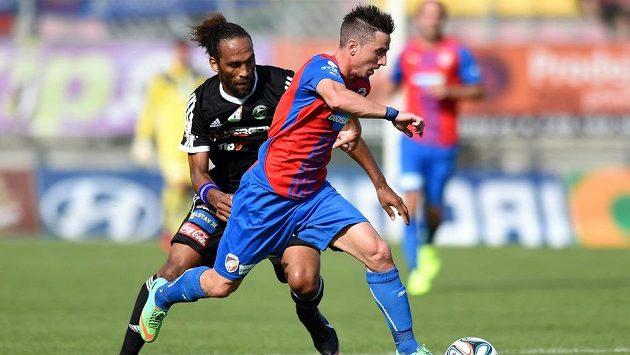 Obránce Příbrami Fernando Neves (vlevo) a plzeňský záložník Milan Petržela během utkání 1. kola Synot ligy.
