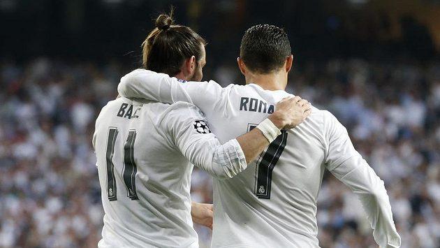 Útočné hvězdy Realu Madrid Gareth Bale (vlevo) a Cristiano Ronaldo se radují z gólu proti Manchesteru City.