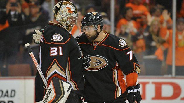 Brankář Anaheimu Frederik Andersen (31) a útočník Andrew Cogliano (7) po výhře 4:1 nad Chicagem v prvním semifinále play off NHL.