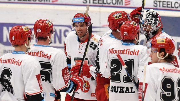Hráči Hradce Králové se radují z vítězství ve Vítkovicích.