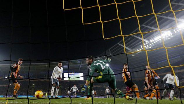 Gól Paula Pogby (úplně vpravo) v odvetě proti Hullu stačil Manchesteru United k postupu do finále anglického poháru.