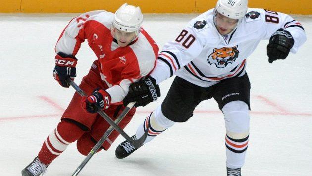 Český hokejový útočník Tomáš Zohorna (vpravo) z Amuru Chabarovsk během přípravného zápasu proti Spartaku Moskva.