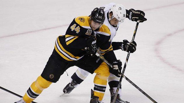Bostonský obránce Seidenberg v souboji s Brandonem Sutterem z Pittsburghu.