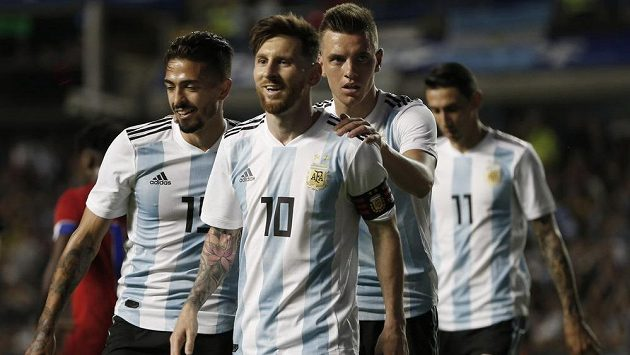 Zleva Argentinci Manuel Lanzini, Lionel Messi, Giovanni Lo Celso, a Ángel di María při utkání s Haiti.