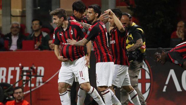 Fotbalista AC Milan Fabio Borini (vlevo) se spoluhráči slaví gól v zápase s Boloňou.