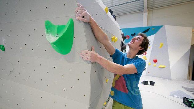 Adam Ondra zkouší strukturu v novém lezeckém centru Hangár v Brně.