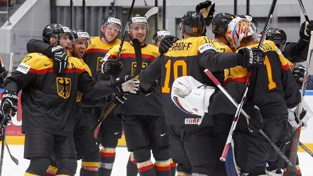 Hokejisté Německa slaví výhru 3:2 nad Spojenými státy americkými.
