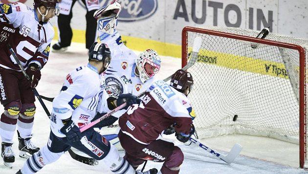 Liberecký brankář Marek Schwarz inkasuje první gól z hole sparťana Lukáše Pecha.