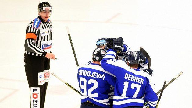 Hokejisté Liberce slaví branku do sítě Třince.