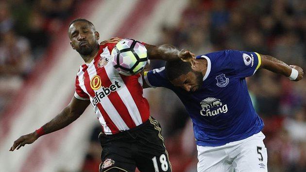 Jermain Defoe ze Sunderlandu (vlevo) bojuje s Ashleym Williamsem z Evertonu o balón.