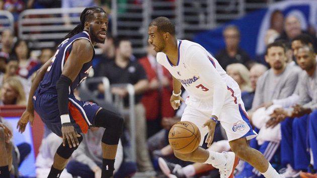 Chris Paul (vpravo) z týmu LA Clippers obchází DeMarreho Carrolla v barvách Atlanty Hawks.