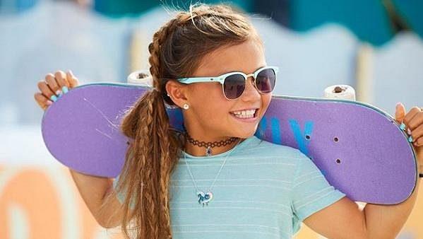 Malá skateboardistka Sky Brownová.
