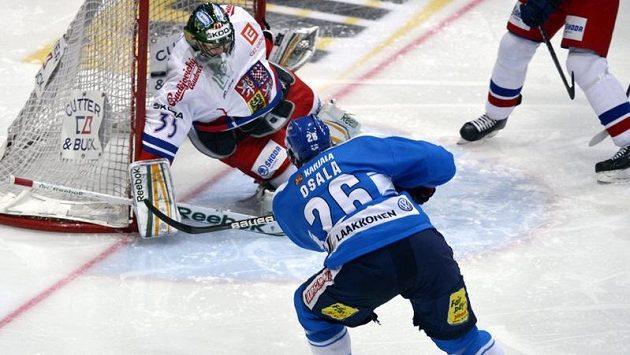 Finský hokejista Oskari Osala překonává českého gólmana Alexandra Saláka.