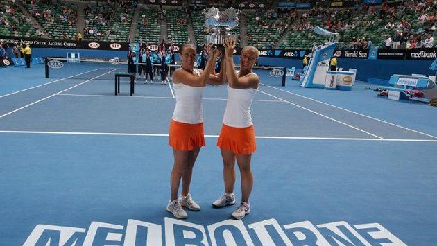 Italské tenistky Sara Erraniová (vpravo) a Roberta Vinciová s trofejí prošampiónky Australian Open ve čtyřhře.