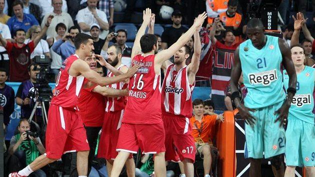 Basketbalisté Olympiakosu se radují z výhry nad Barcelonou.