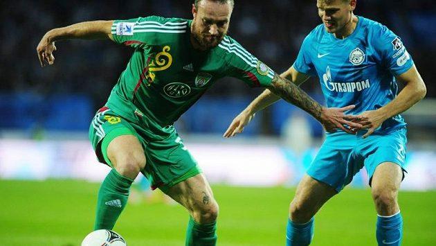Martin Jiránek (vlevo) z Tereku Groznyj si kryje míč před Igorem Denisovem ze Zenitu Petrohrad.
