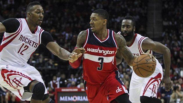 Basketbalista Washingtonu Bradley Beal (č. 3) přispěl 33 body k vítězství Wizards na palubovce Houstonu.