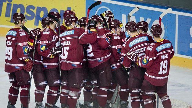 Hokejisté Sparty oslavují vítěznou přestřelku s Vítkovicemi.