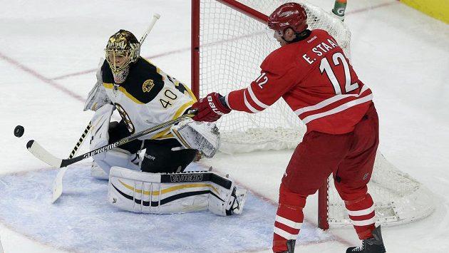 Kanadský útočník Eric Staal se poprvé v NHL stěhuje. Nově bude oblékat dres New Yorku Rangers.