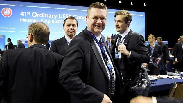 Reinhard Grindel (uprostřed) na kongresu v Helsinkách.