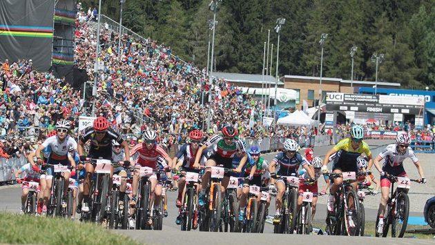 Fanoušci sledují start závodu žen do 23 let na MS horských kol v Novém Městě na Moravě.