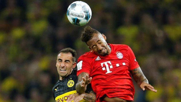 Fotbalista Dortmundu Paco Alcácer v souboji s Jerome Boatengem.
