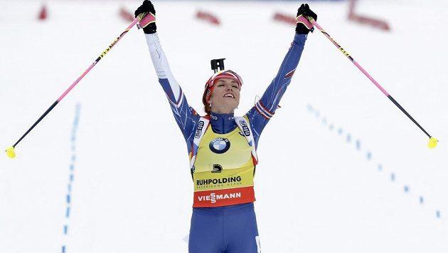 Gabriela Koukalová se raduje z druhého místa ve stíhacím závodě v Ruhpoldingu.