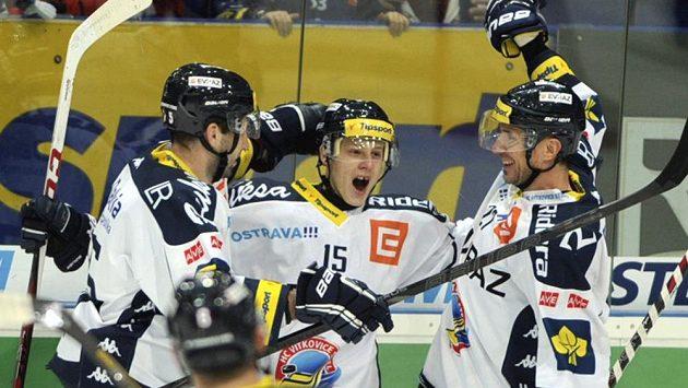 Zleva obránce Richard Stehlík a útočníci Erik Němec a Peter Húževka se radují z gólu Vítkovic.