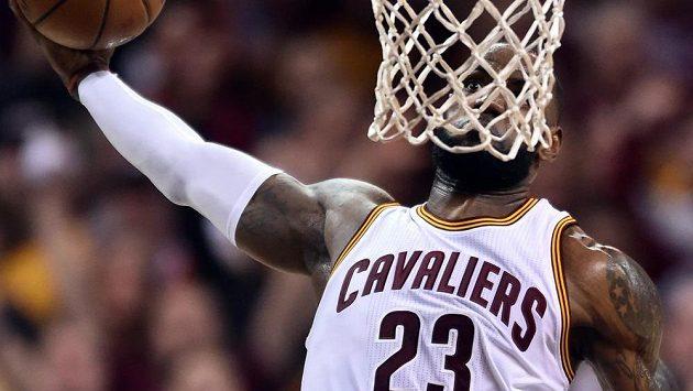 Hvězdný LeBron James z Clevelandu se chystá zasmečovat míč do koše.