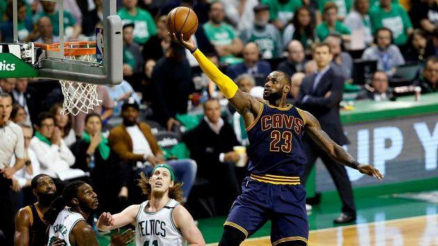 LeBron James (23) z Clevelandu zakončuje jednu z akcí.