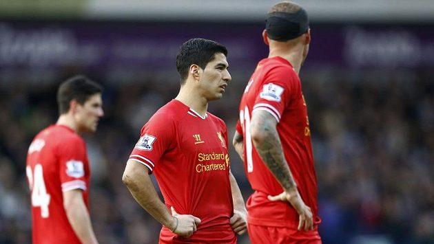 Zklamaní fotbalisté Liverpoolu. Uprostřed útočník Luis Suárez.