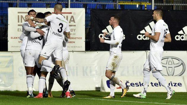 Hráči Mladé Boleslavi se radují z gólu ve Zlíně.