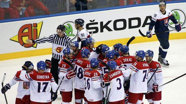Čeští hokejisté slaví na mistrovství světa v Bělorusku vítězství nad Slovenskem.