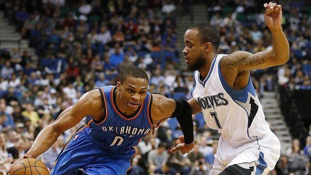 Russell Westbrook (0) z Oklahomy a Lorenzo Brown (7) z Minnesoty.