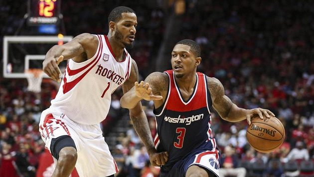 Bradley Beal (3) z Washingtonu a Trevor Ariza (1) z Houstonu.