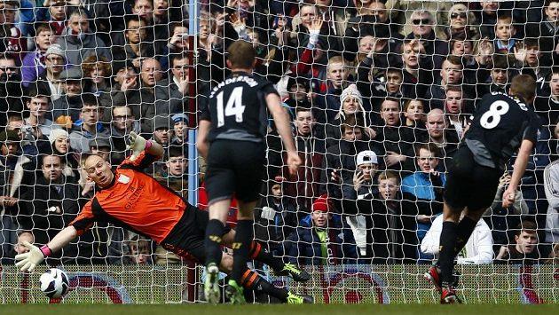 Steven Gerrard z Liverpoolu (vpravo) střílí rozhodující gól do sítě gólmana Aston Villy Brada Guzana.