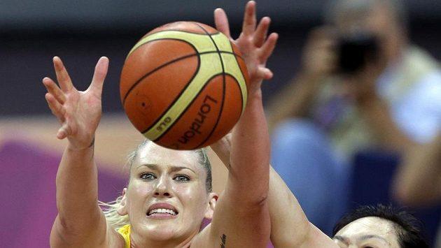 Australská basketbalistka Lauren Jacksonová (vlevo).