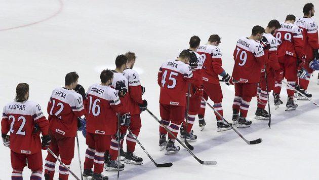 Zklamaní čeští hokejisté po čtvrtfinálovém vyřazení na MS od Spojených států amerických.