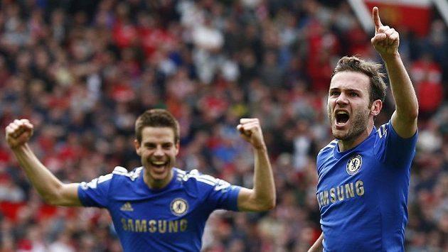 Juan Mata (vpravo) z Chelsea slaví rozhodující gól proti Manchesteru United.