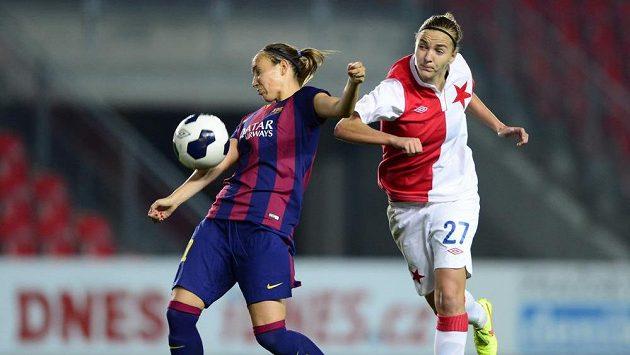 Vpravo Tereza Kožárová ze Slavie a vlevo Virginia Torrecillová z Barcelony v prvním kole play off Ligy mistryň.