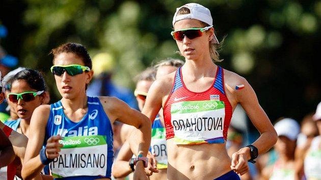 Česká reprezentantka Anežka Drahotová (vpravo) na trati chůze na 20 km..