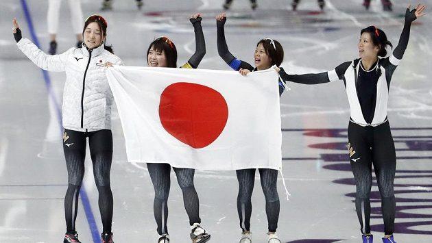 Japonské rychlobruslařky slaví zlato ve stíhacím závodě.