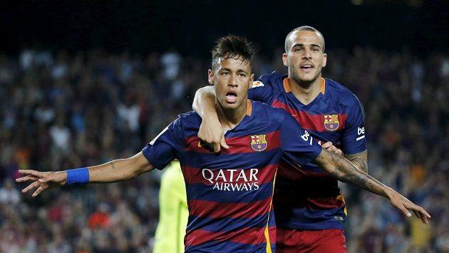 Barcelonští Neymar (vlevo) a Sandro Ramirez oslavují gól proti Levante.