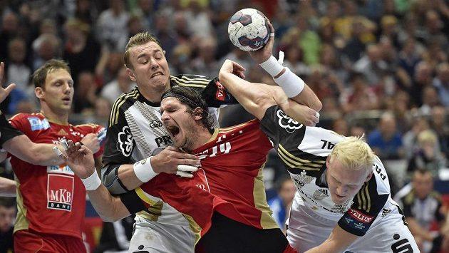 Filip Jícha z Kielu (vlevo) brání Laszla Nagyho z Veszprému v semifinále Ligy mistrů.