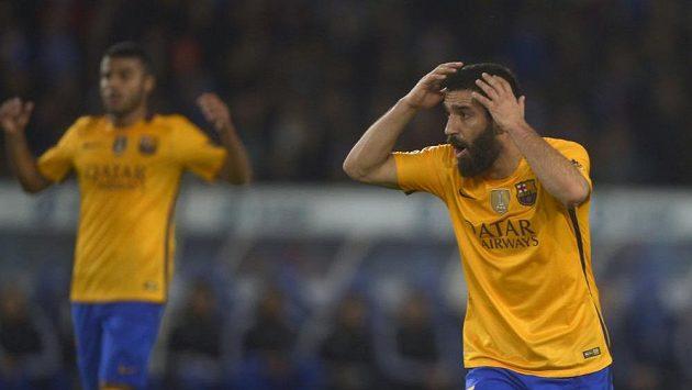 Nevěřící gesto Ardy Turana z Barcelony. Katalánský tým prohrál dva ligové duely poprvé od roku 2014.