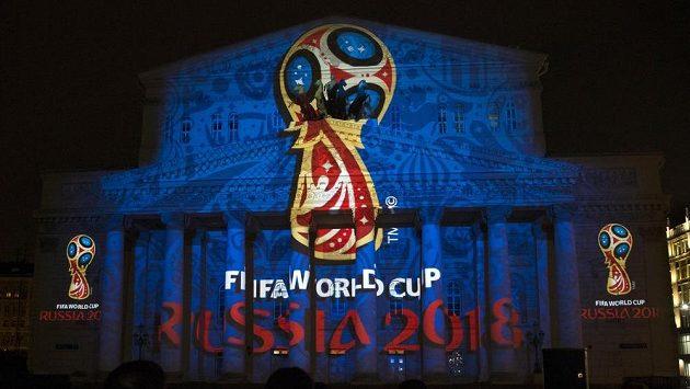 Oficiální logo fotbalového MS 2018 při světelné projekci na budovu Velkého divadla v Moskvě.