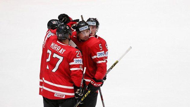 Hokejisté Kanady se radují z gólu - ilustrační snímek.